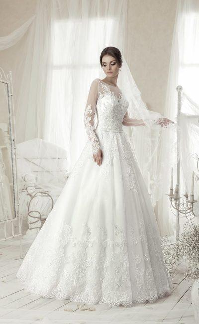 Классическое свадебное платье «принцесса» с длинными прозрачными рукавами и круглым вырезом.
