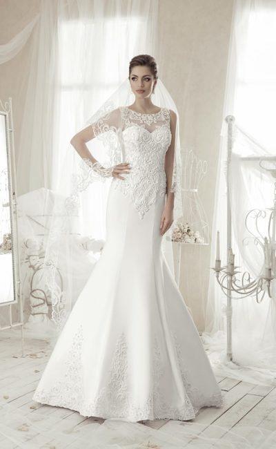Романтичное свадебное платье «русалка» с фактурным декором, закрытым лифом и вырезом сзади.