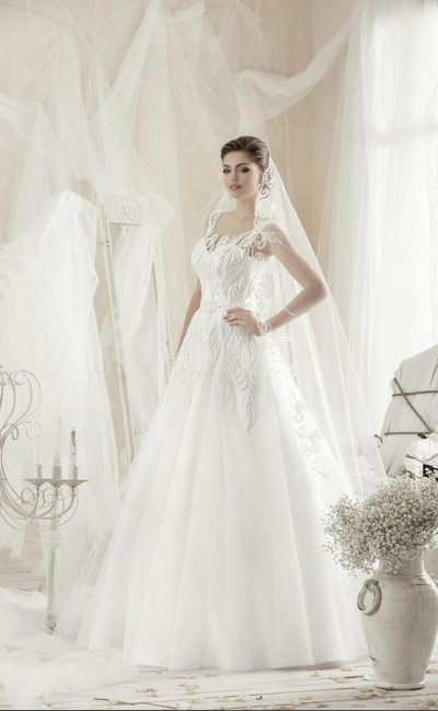 Изысканное свадебное платье А-кроя с фигурными полупрозрачными бретелями.