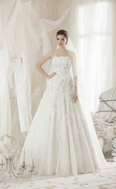 Сдержанное свадебное платье с открытым лифом прямого кроя, кружевным декором и юбкой А-силуэта.