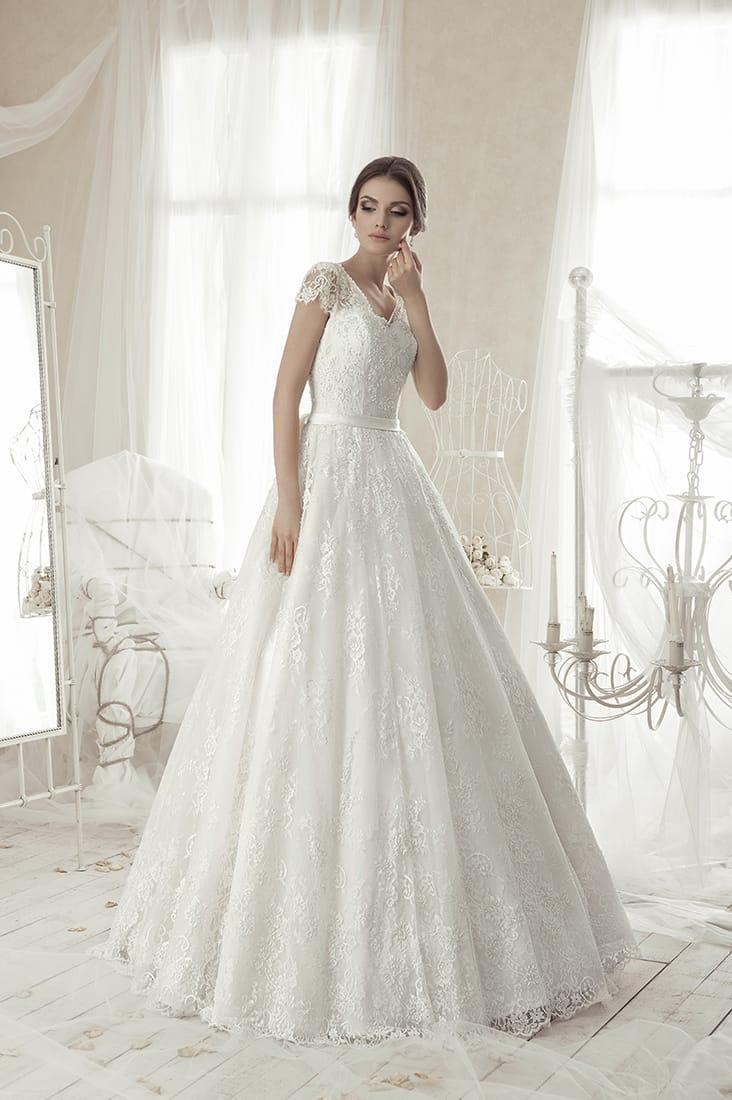 Свадебное платье «трапеция» с короткими кружевными рукавами и узким атласным поясом.