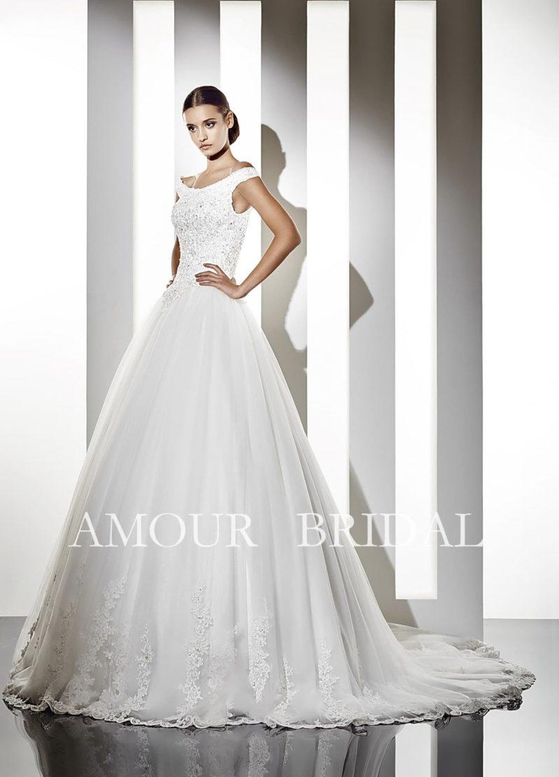 Очаровательное свадебное платье с округлым декольте и роскошным шлейфом сзади.