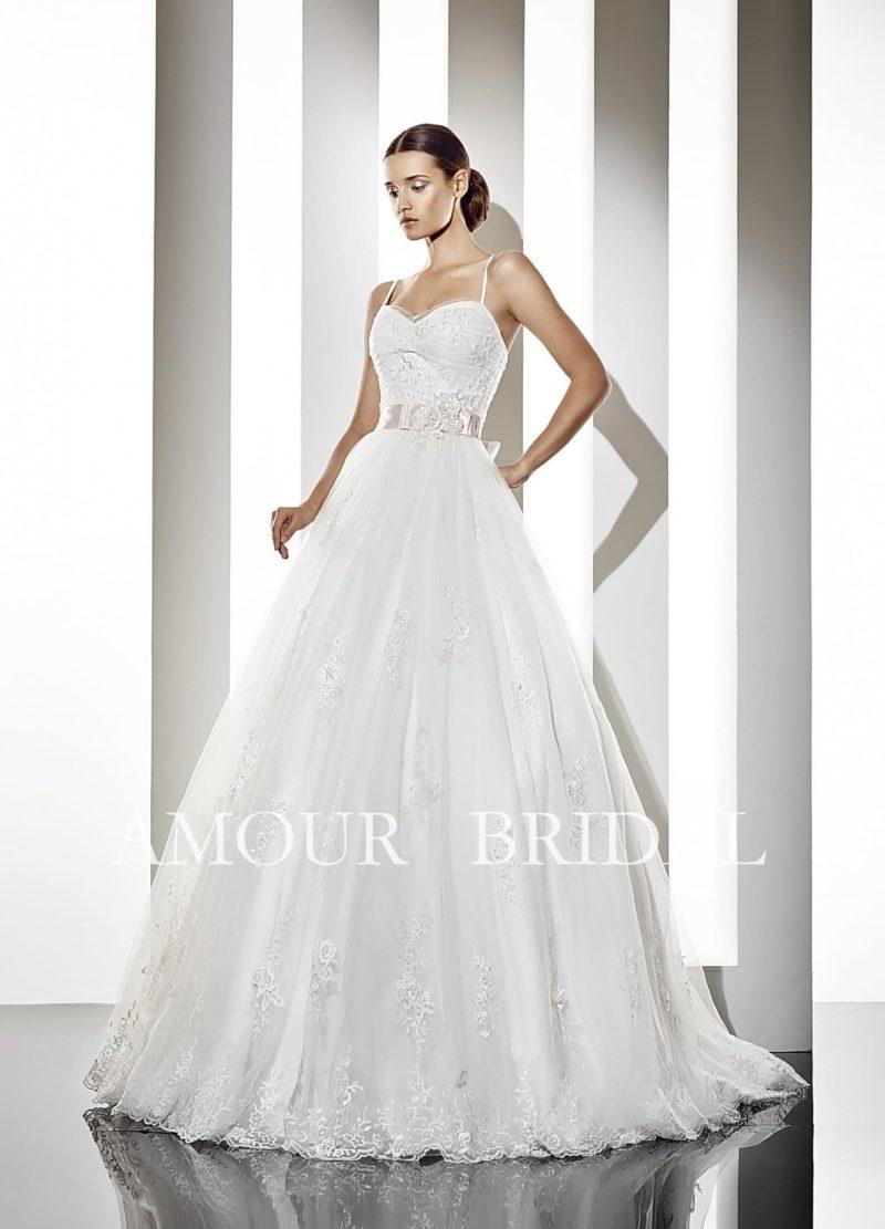 Пышное свадебное платье с открытым лифом с бретелями-спагетти и широким поясом.