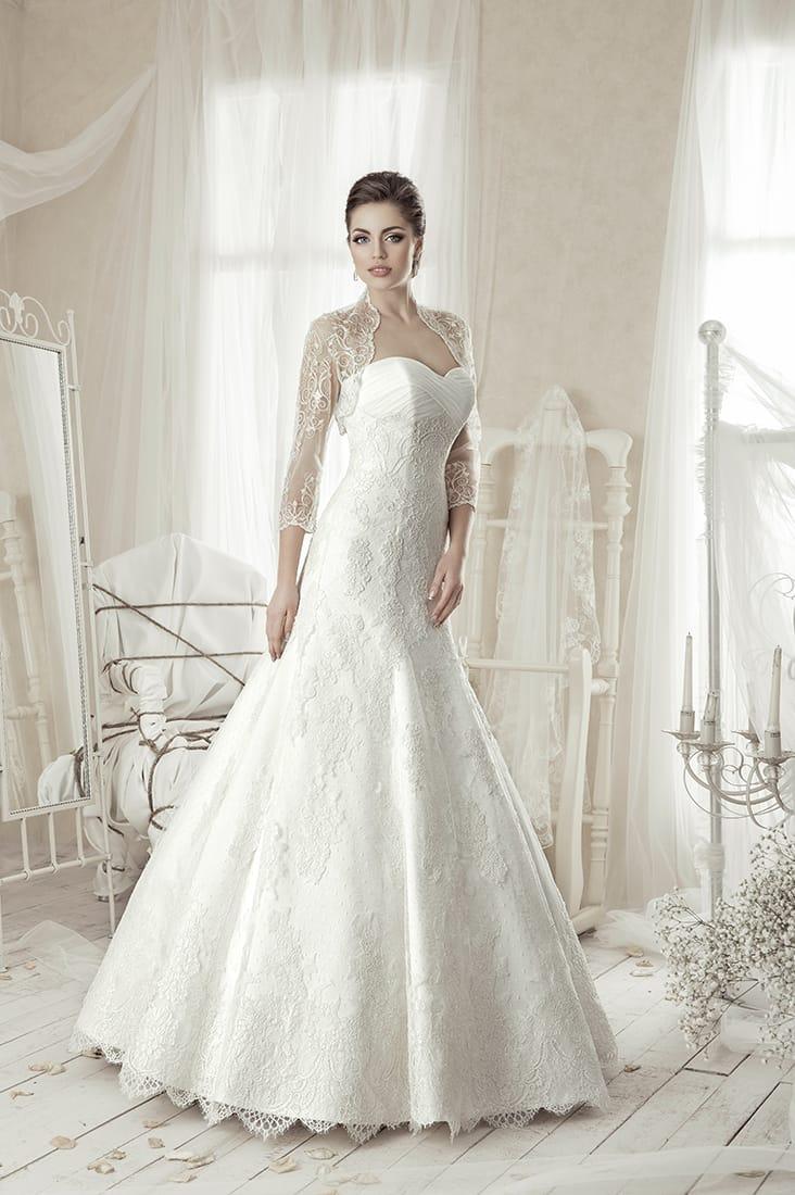 Кружевное свадебное платье силуэта «рыбка» с изящным болеро и лифом в форме сердца.
