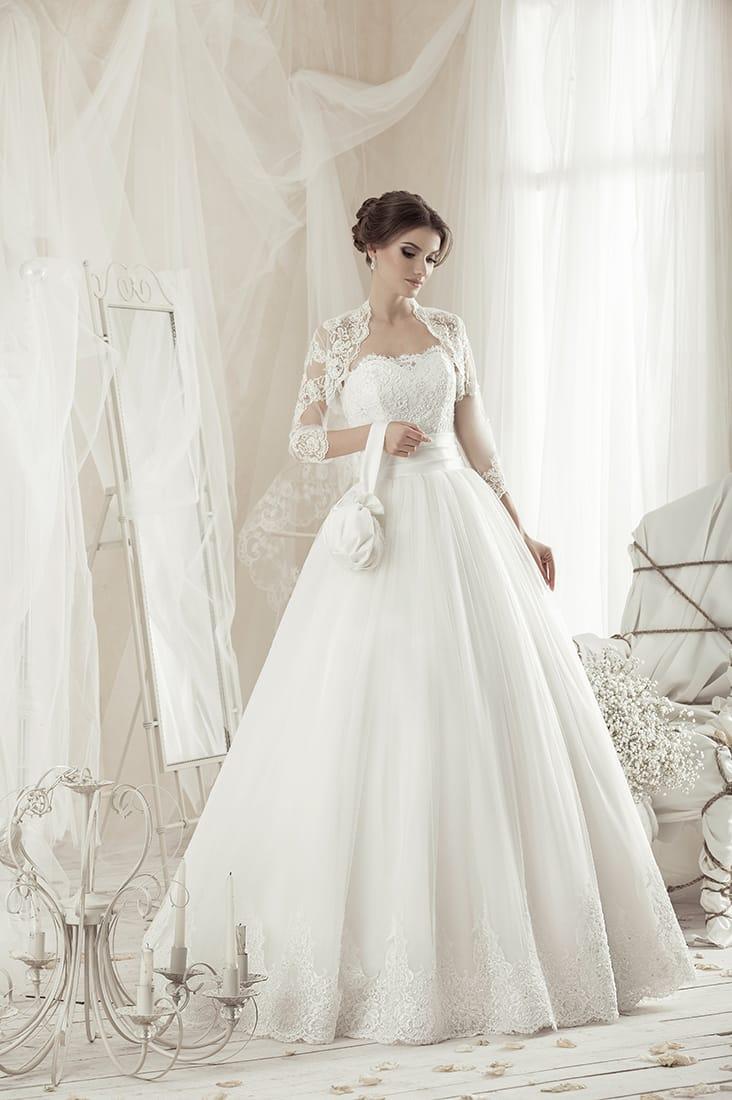 Пышное свадебное платье с кружевным декором по лифу и подолу, а также широким поясом.