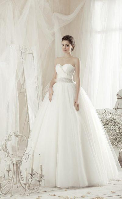 Нежное свадебное платье с лифом в форме сердца, украшенным вышивкой, и пышной юбкой.