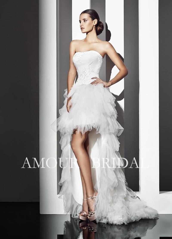 Кокетливое свадебное платье с длинным шлейфом и пышной юбкой длиной выше колена.