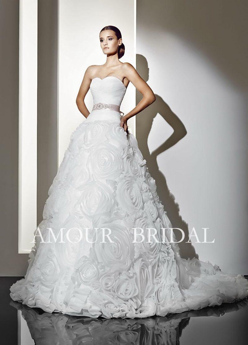 Впечатляющее свадебное платье с открытым декольте и юбкой, покрытой крупными бутонами.