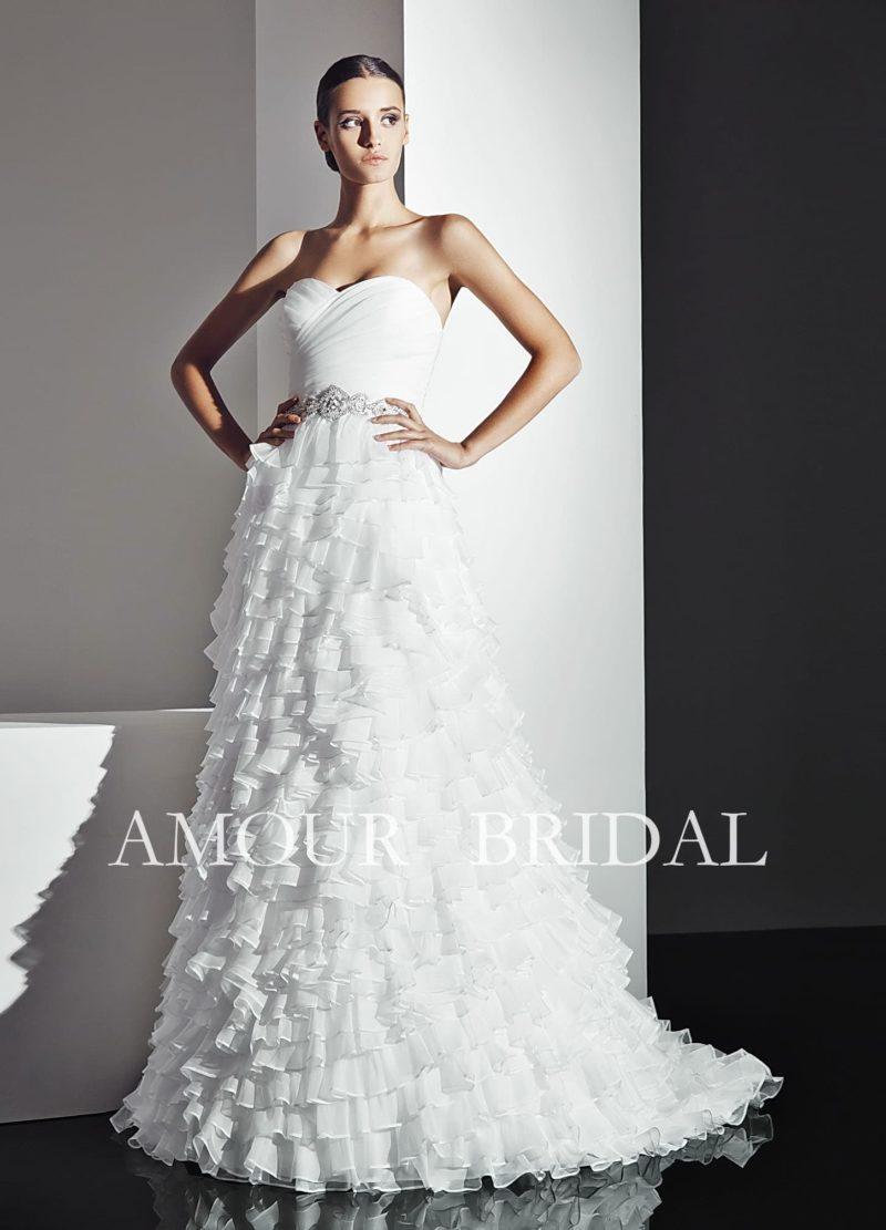 Стильное свадебное платье с воздушным декором прямой юбки со шлейфом и открытым лифом.