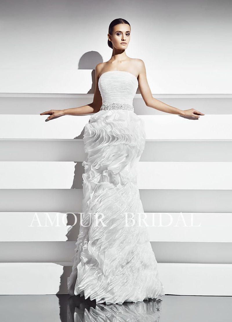 Облегающее свадебное платье с драматичной отделкой юбки и изысканным прямым декольте.