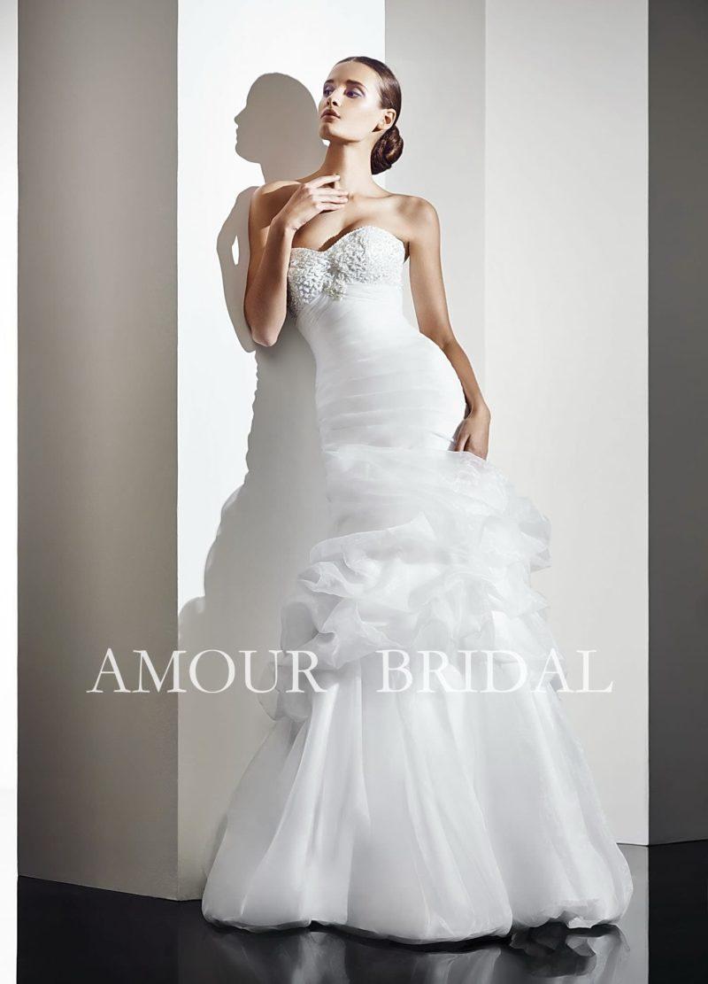 Свадебное платье «рыбка» с кружевным лифом и пышными складками ткани по середине подола.