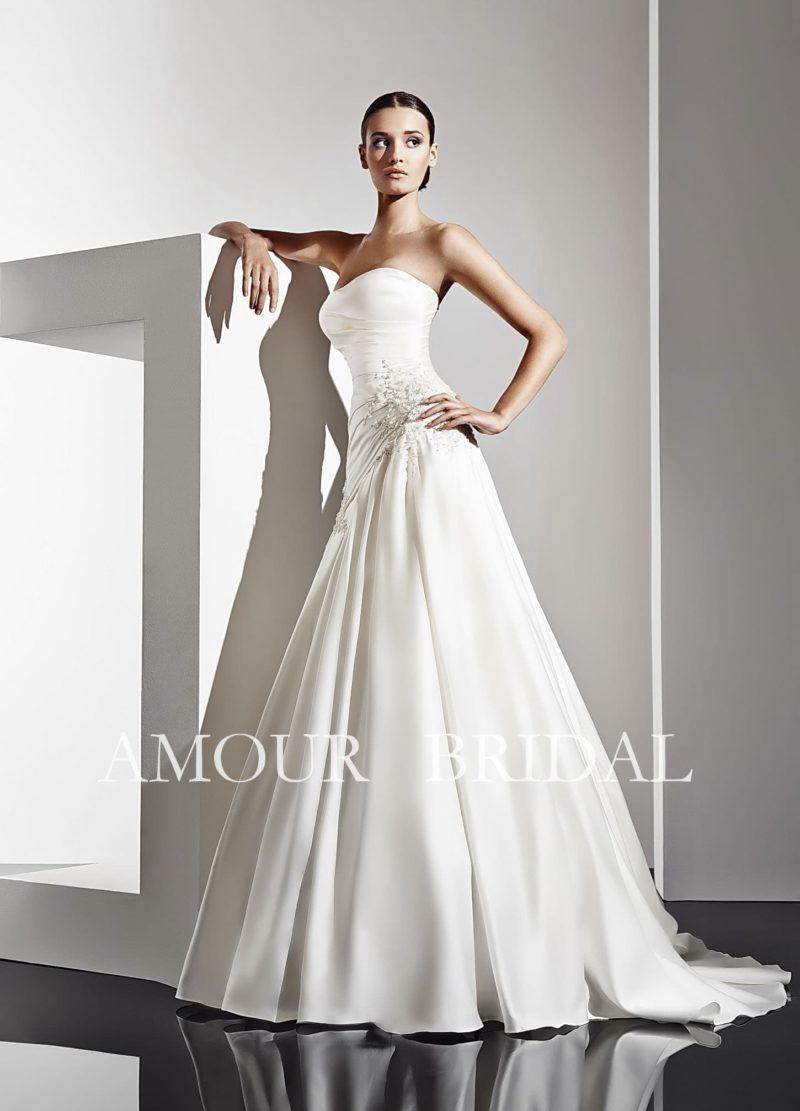 Элегантное атласное свадебное платье с открытым лифом, дополненное коротким болеро.