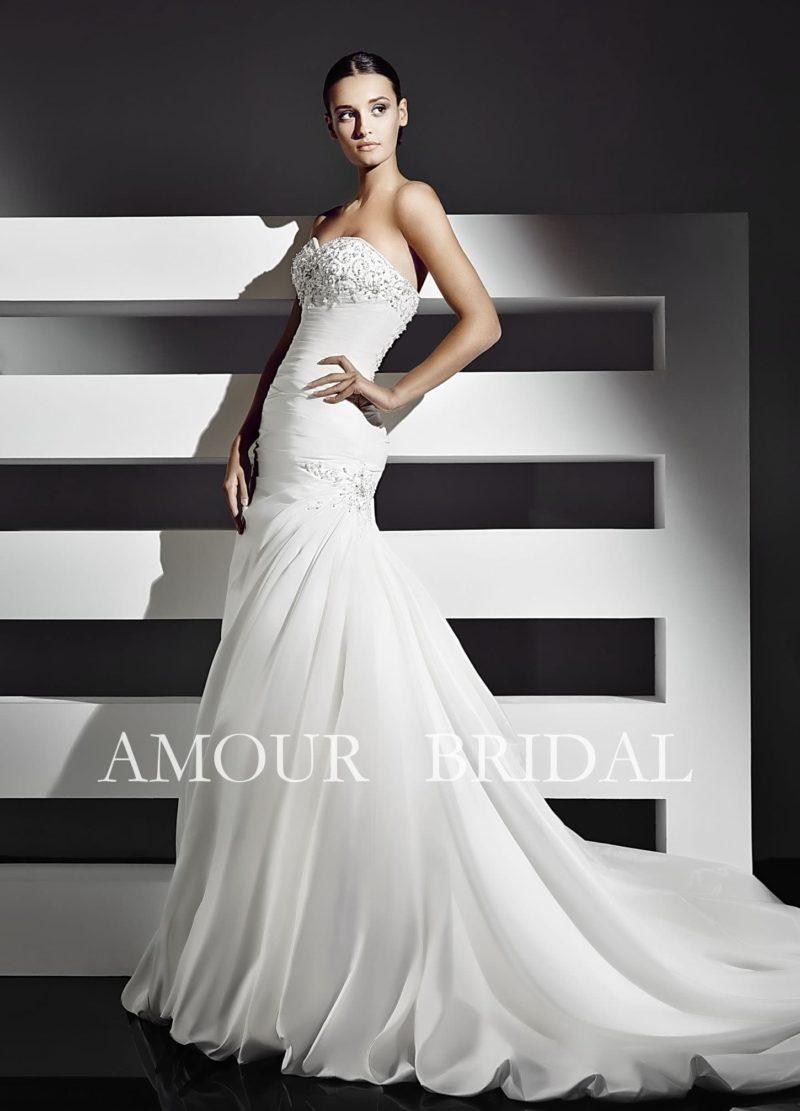 Свадебное платье «рыбка» с потрясающим длинным шлейфом и бисерной вышивкой на лифе.