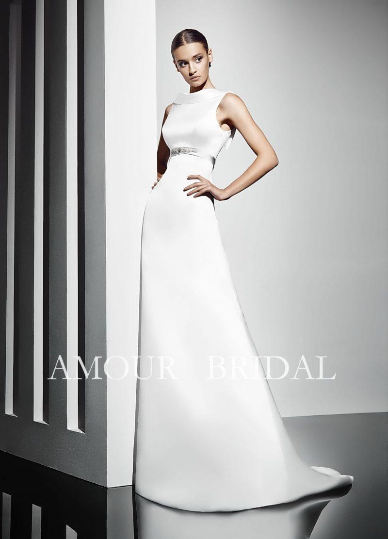 Лаконичное свадебное платье прямого кроя с воротником-стойкой и поясом из атласа.