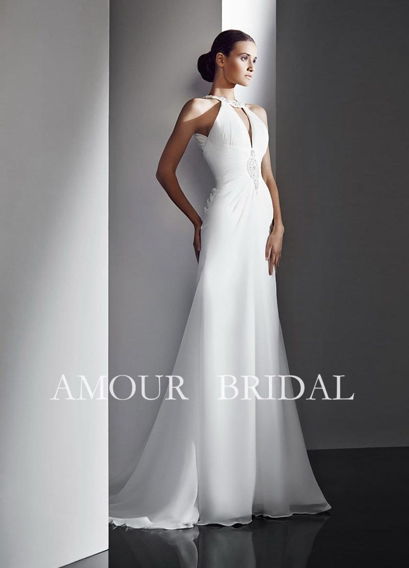 Элегантное свадебное платье с открытой спинкой, округлым вырезом и изящной отделкой.