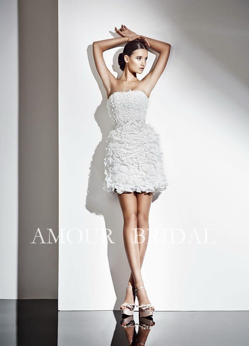 Фактурное свадебное платье «футляр» с юбкой длиной до середины бедра и прямым кроем лифа.