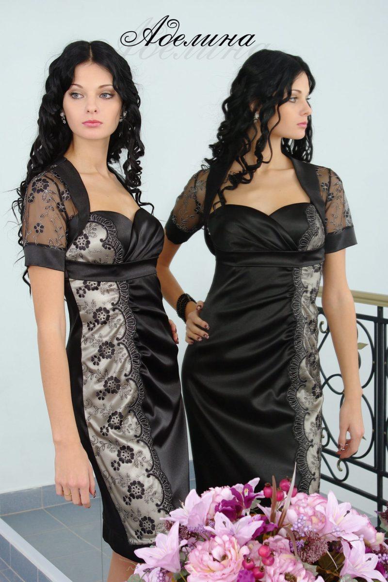 Атласное вечернее платье с коротким кружевным рукавом.