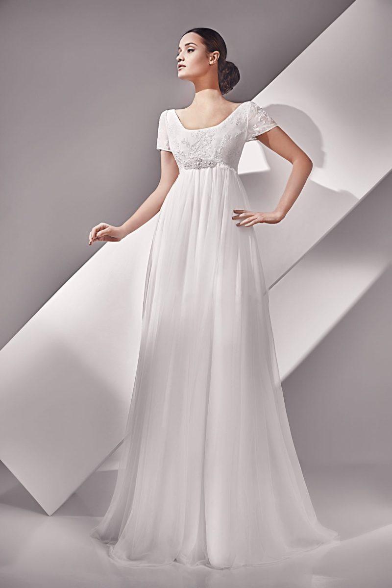 Утонченное ампирное свадебное платье с коротким рукавом прямого кроя.