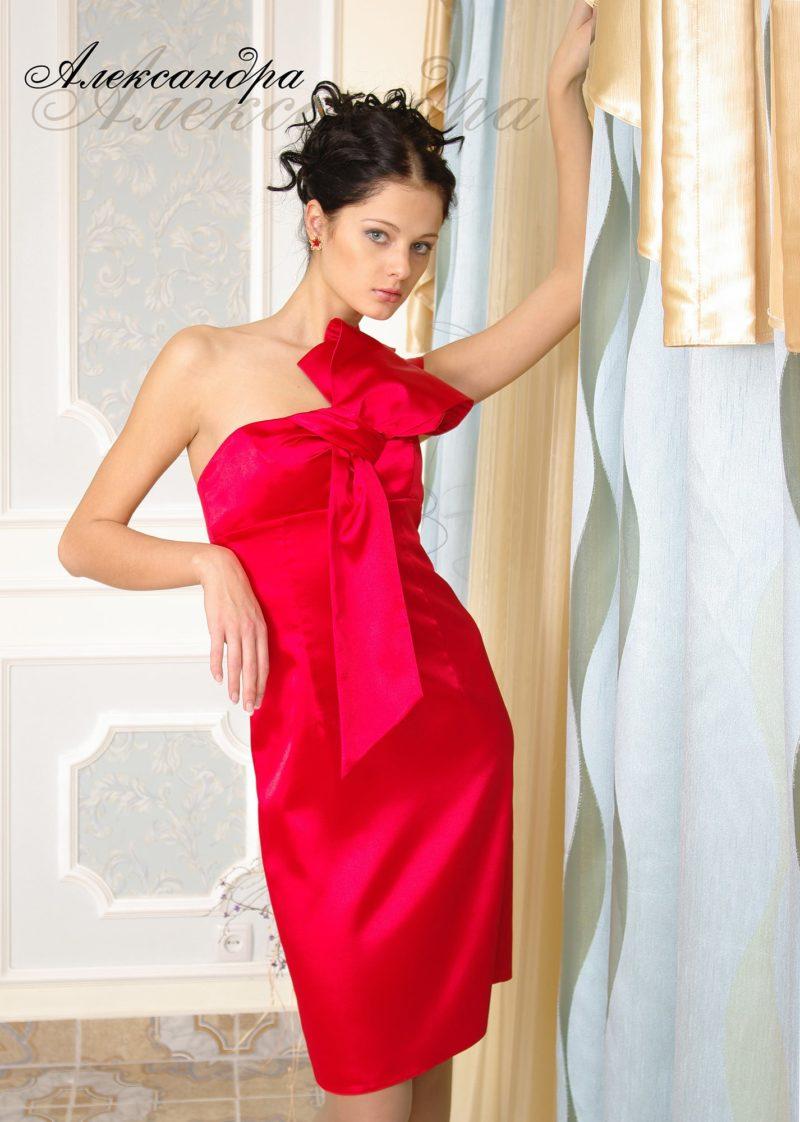 Открытое вечернее платье из атласа с крупным бантом на лифе.