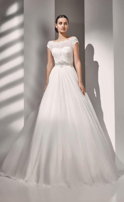 свадебное платье с кружевом по лифу