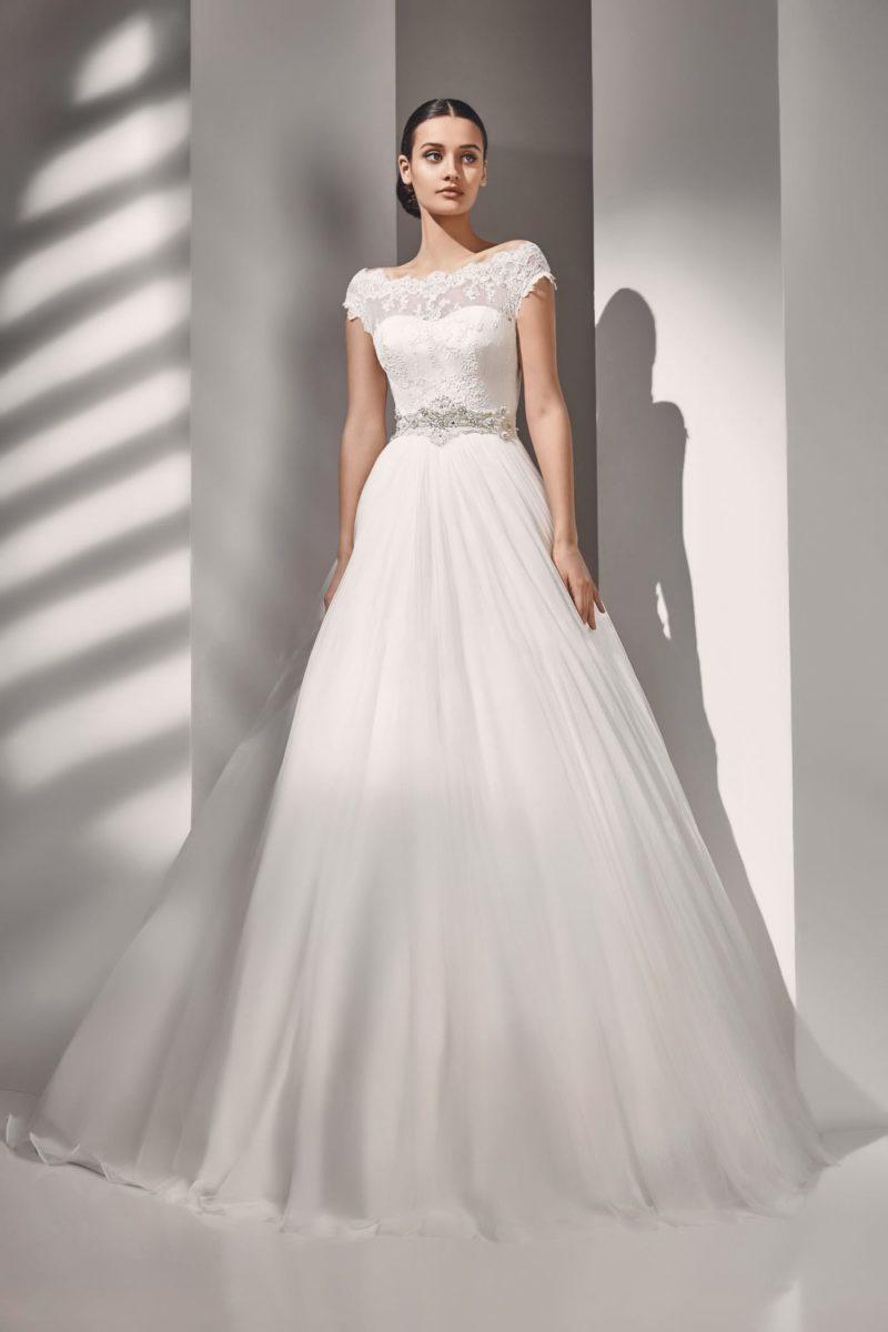 Классическое свадебное платье с многослойной юбкой и кружевом по лифу.