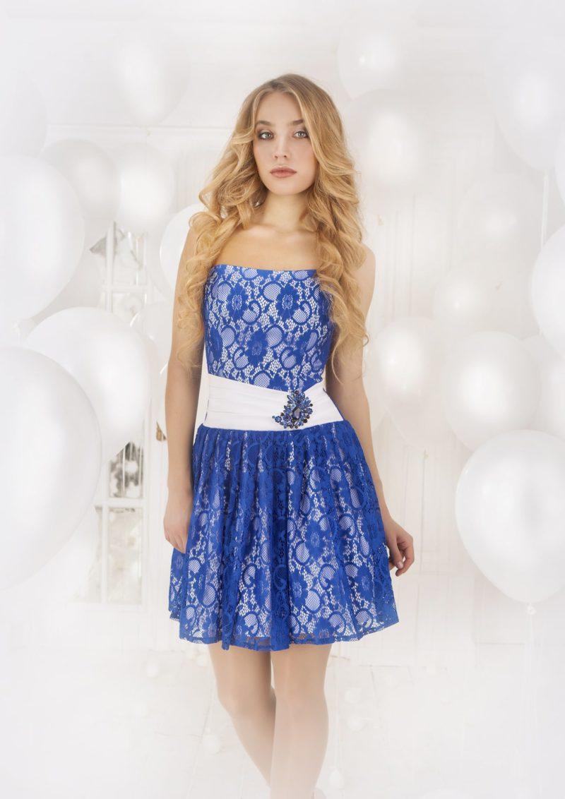 Открытое вечернее платье с юбкой длиной до середины бедра и отделкой синим кружевом.