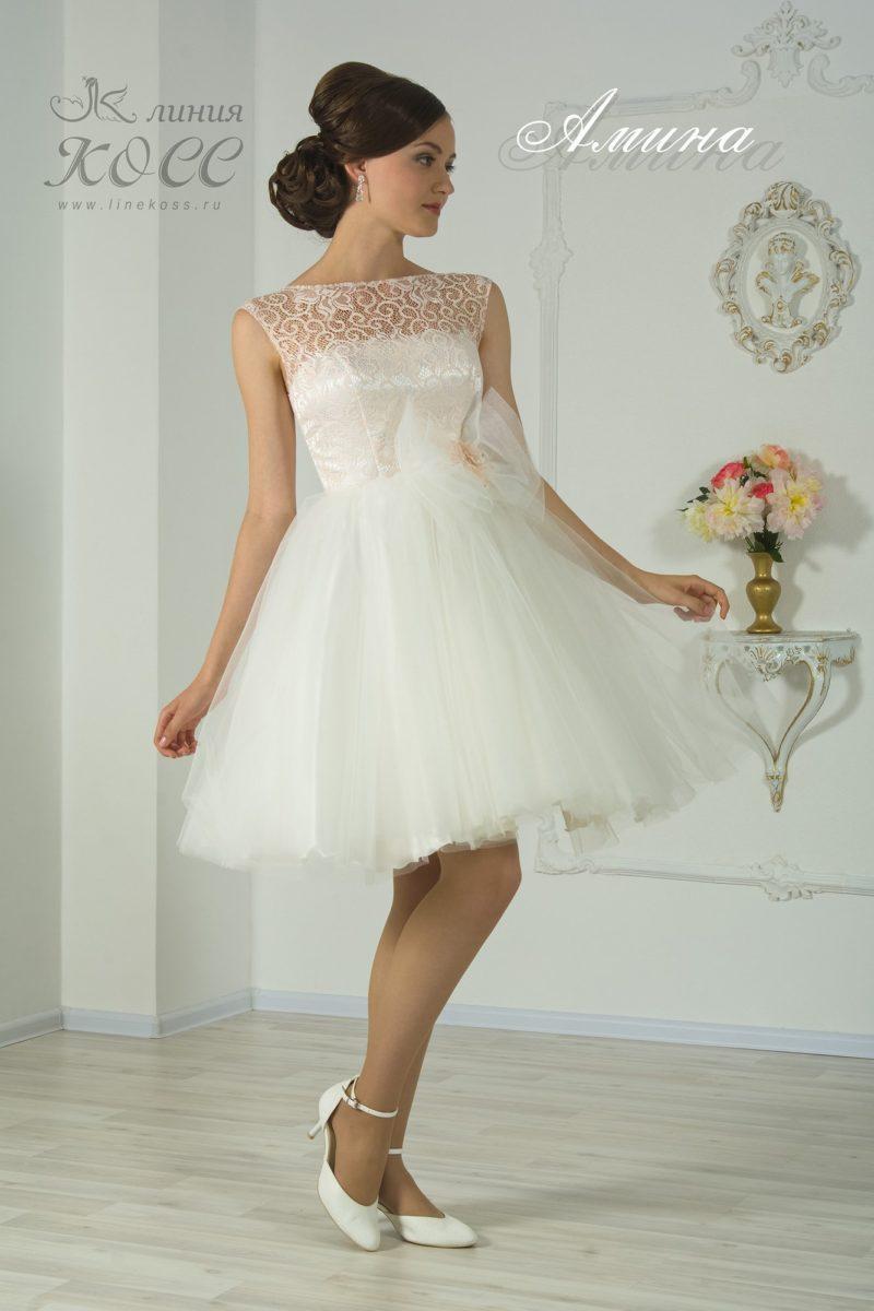 Белое вечернее платье с пышной юбкой и кружевным верхом.