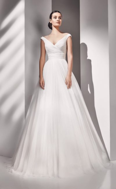 Эффектное свадебное платье пышного кроя с драпировками на корсете и на юбке.