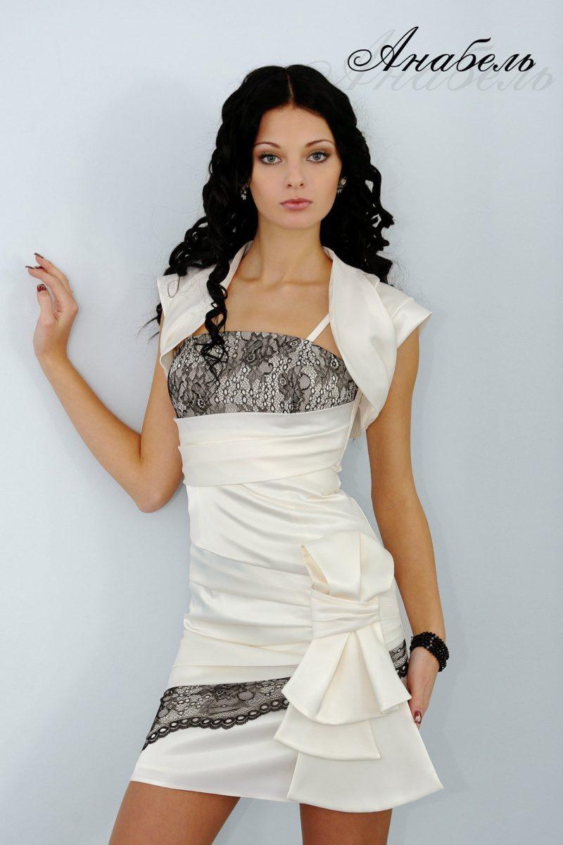 Короткое вечернее платье с эффектной отделкой драпировками атласа.