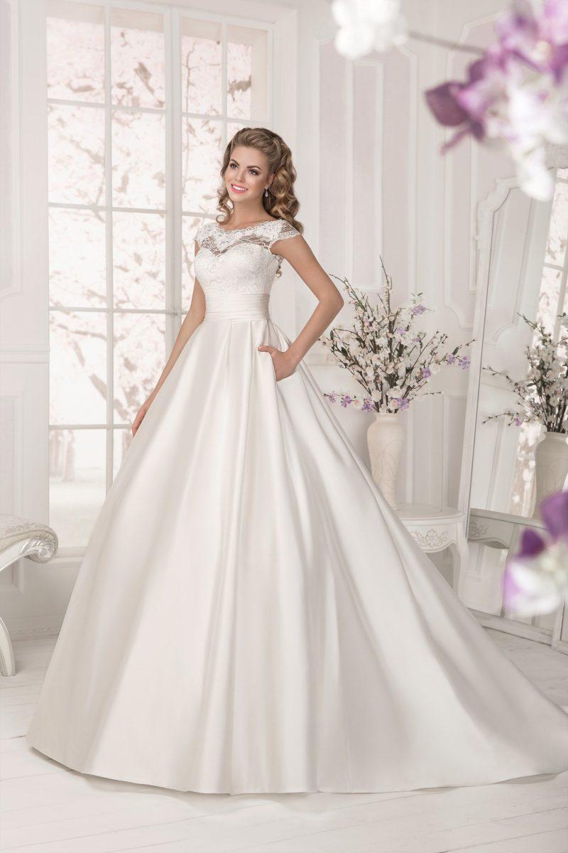 Атласное свадебное платье с кружевным лифом и великолепной юбкой с длинным шлейфом и карманами.