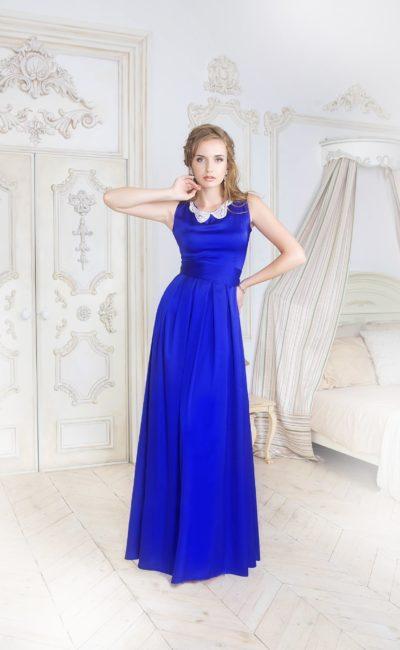 Атласное вечернее платье синего цвета с закрытым лифом, дополненным воротником.