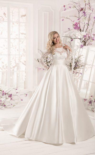 Пышное свадебное платье с атласной юбкой, широким поясом и кружевным декором верха.