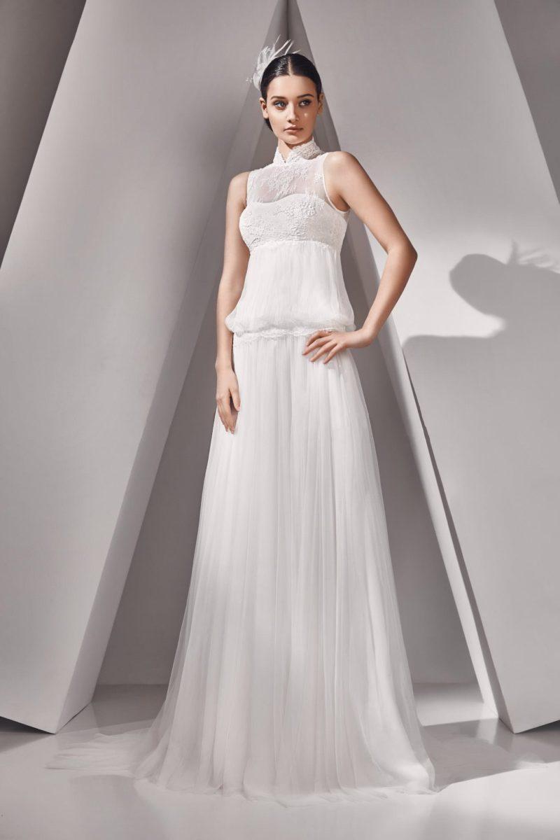 Прямое свадебное платье с вырезом под горло и оборками на талии.