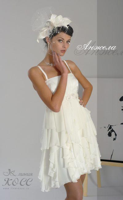 Чувственное вечернее платье с оборками на юбке длиной до колена.