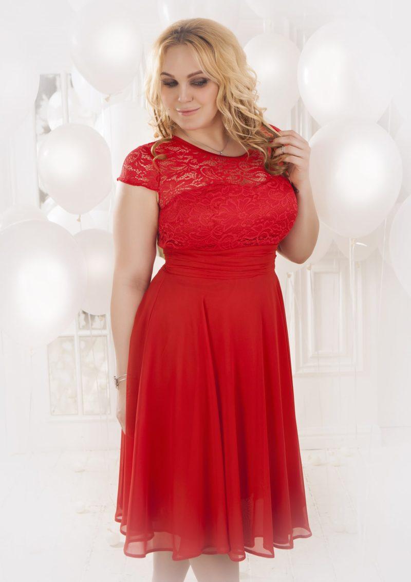 Короткое вечернее платье насыщенного красного цвета с закрытым кружевным лифом.