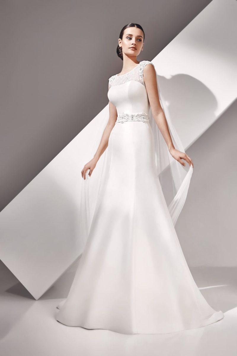 Глянцевое свадебное платье «рыбка» с вышивкой на поясе и полупрозрачным лифом.