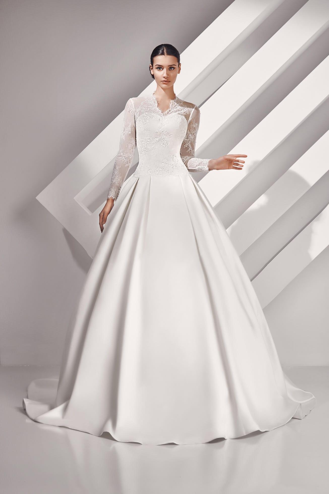 26173b33da1 Пышное свадебное платье с атласным подолом и длинными кружевными рукавами.