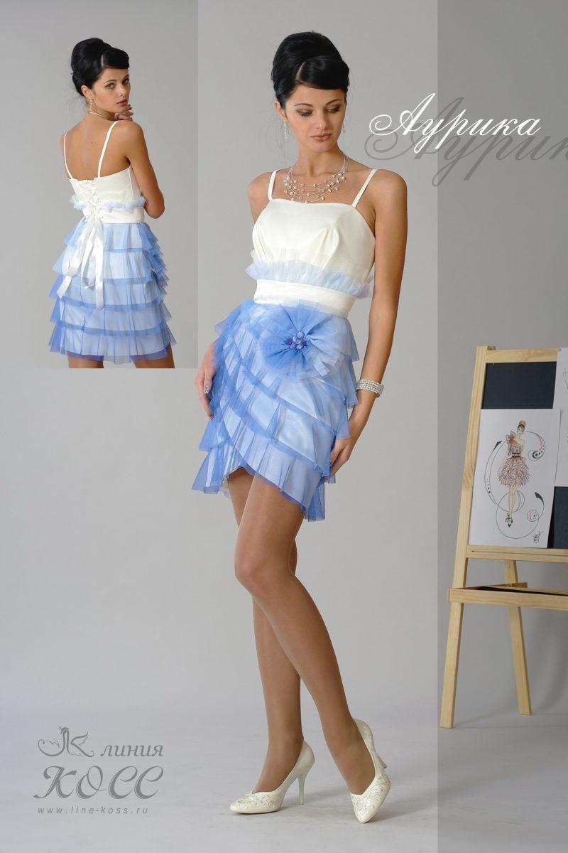 Вечернее платье с открытым атласным лифом и оборками на юбке.
