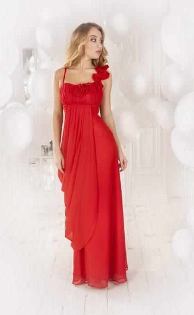 Прямое вечернее платье красного цвета с открытым верхом, украшенным объемными бутонами.