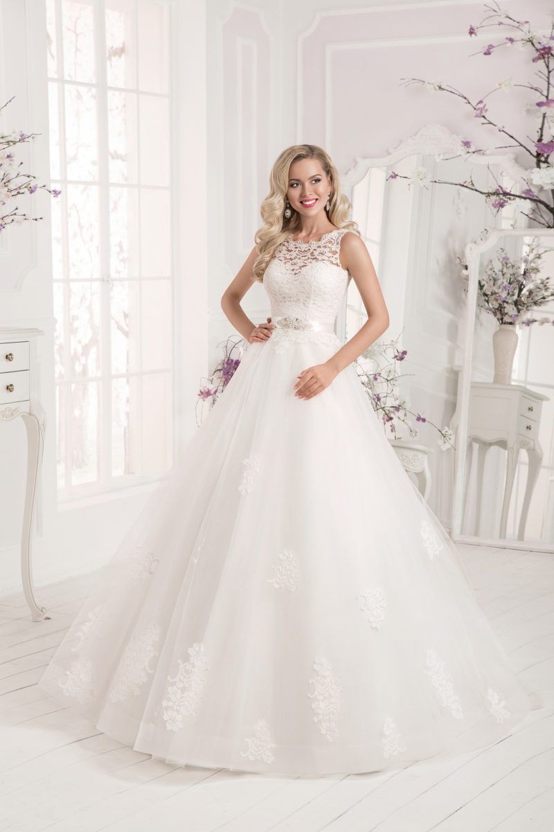 Нежное свадебное платье пышного кроя с кружевом по подолу и элегантным закрытым лифом.
