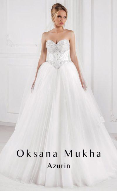 Открытое свадебное платье с атласным корсетом и многослойной пышной юбкой.