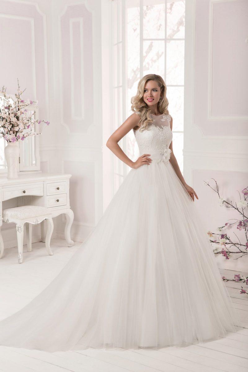 Романтичное свадебное платье с закрытым кружевным лифом и широким поясом с объемным бутоном.