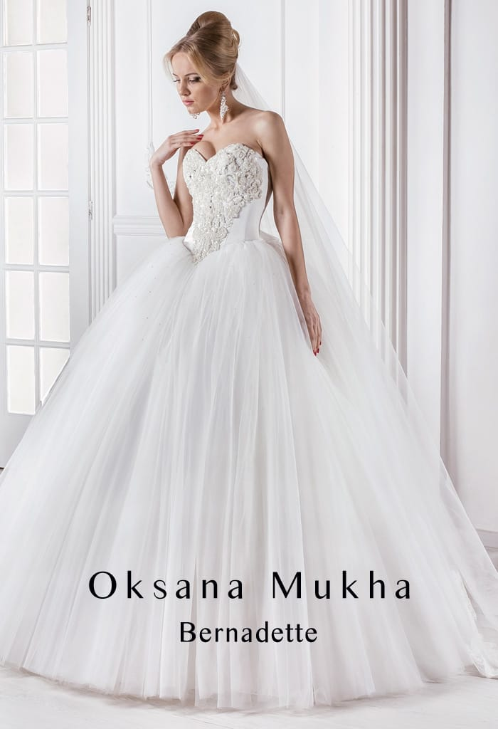 Великолепное свадебное платье с лифом в форме сердца и фактурным декором корсета.