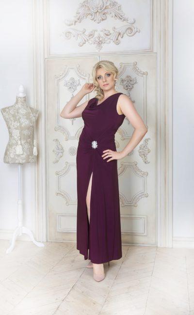 Элегантное вечернее платье глубокого фиолетового оттенка с разрезом сбоку по подолу.