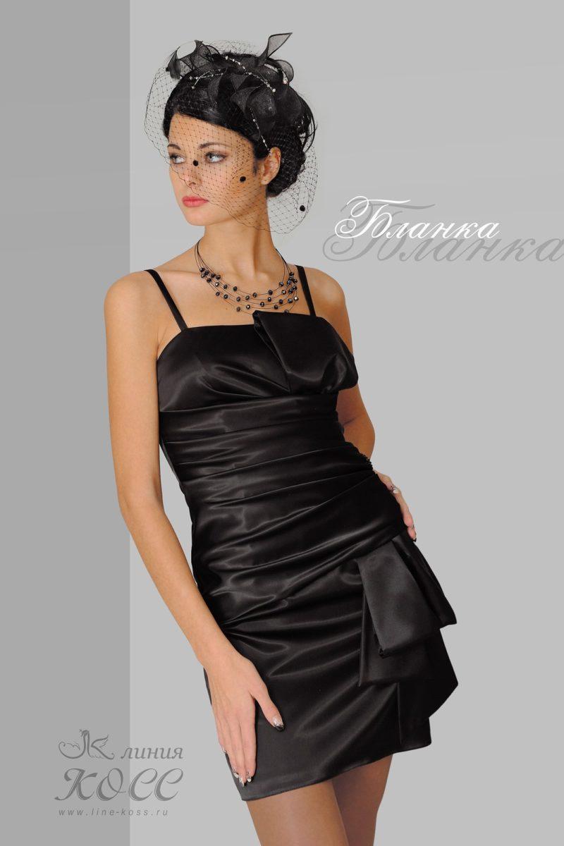 Атласное вечернее платье черного цвета с бретелями-спагетти.