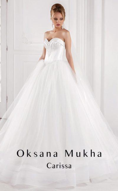 Романтичное свадебное платье с атласным корсетом, украшенным вышивкой, и пышной юбкой.