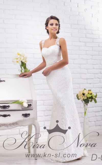 Чувственное свадебное платье облегающего кроя с открытой спинкой, очерченной тонкими бретелями.