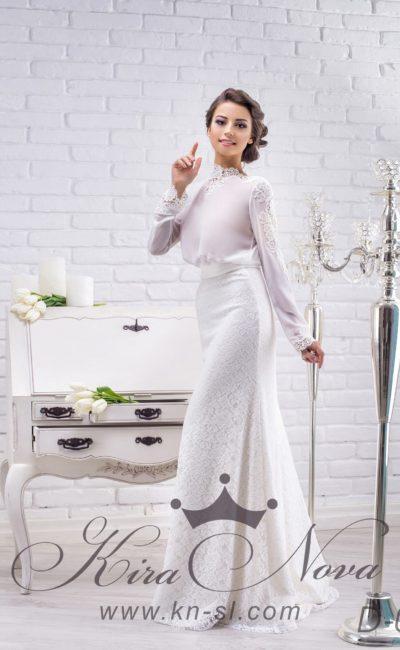Изысканное свадебное платье с высоким кружевным воротником и длинными рукавами из плотной ткани.