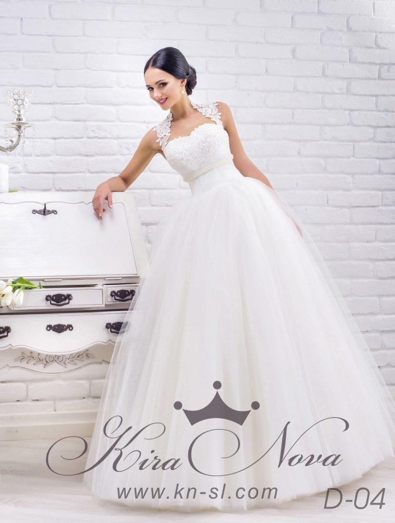 Свадебное платье с пышной шифоновой юбкой и фигурными кружевными бретелями.