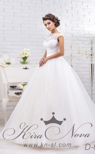 Роскошное свадебное платье с многослойным подолом и кружевным верхом, дополненным поясом.
